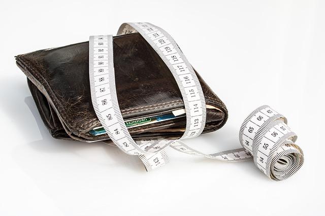 peněženka a svinovací metr