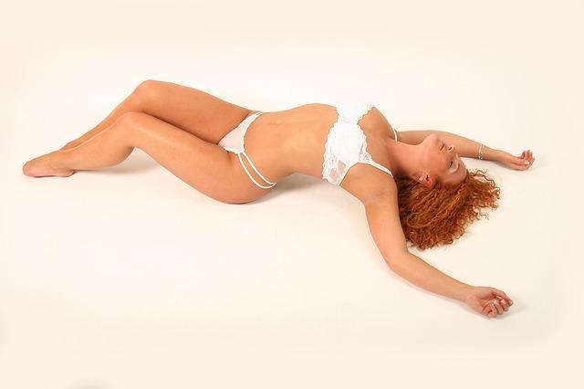 modelka v bílém prádle