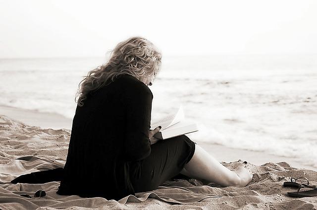 čtenářka na pláži