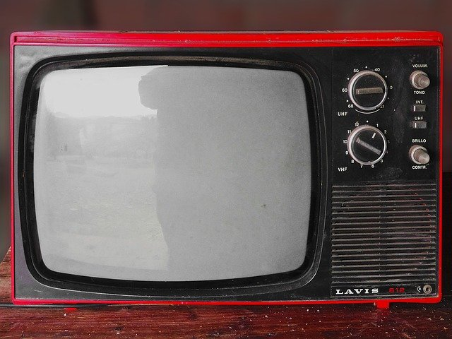 červený televizor.jpg
