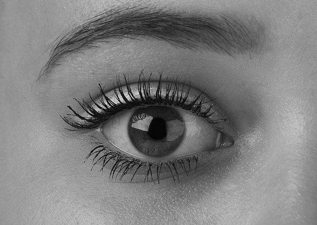 černobílá fotka oka