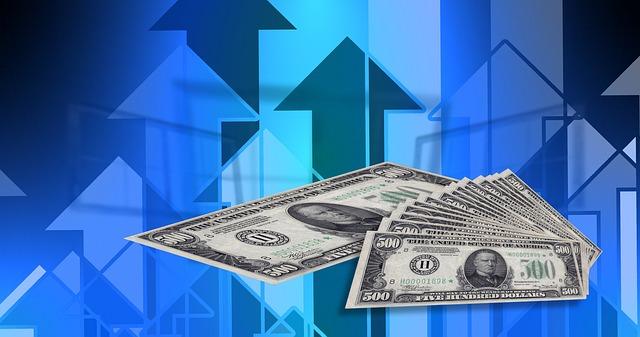 finanční růst – bankovky na modrém pozadí.jpg